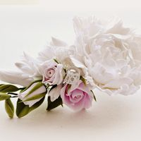 Заколка с цветами из полимерной глины и кружевом