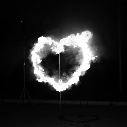 Огненное сердце с дорожкой из пиротехнических фонтанов