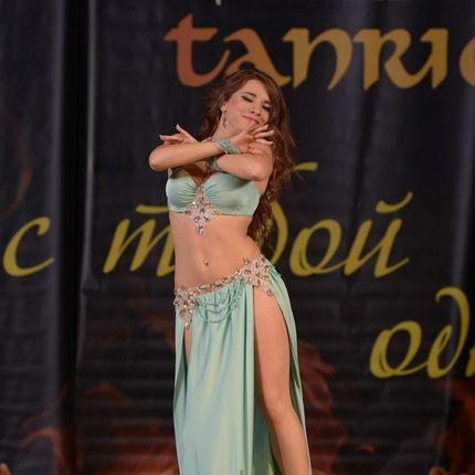 Выступление танцовщицы на празднике