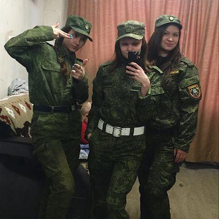 Танец девушек - военных на торжество