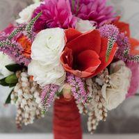 Розово-красный букет невесты из роз и астр
