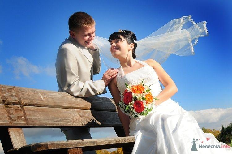 Жених и невеста стоят, прислонившись друг к другу, возле деревянного забора - фото 48220 Евгения2009