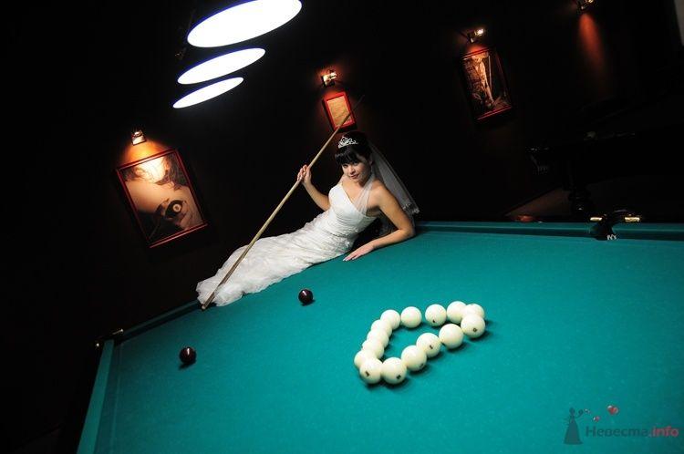 Невеста в белом длинном платье лежит на бильярдном столе - фото 48236 Евгения2009
