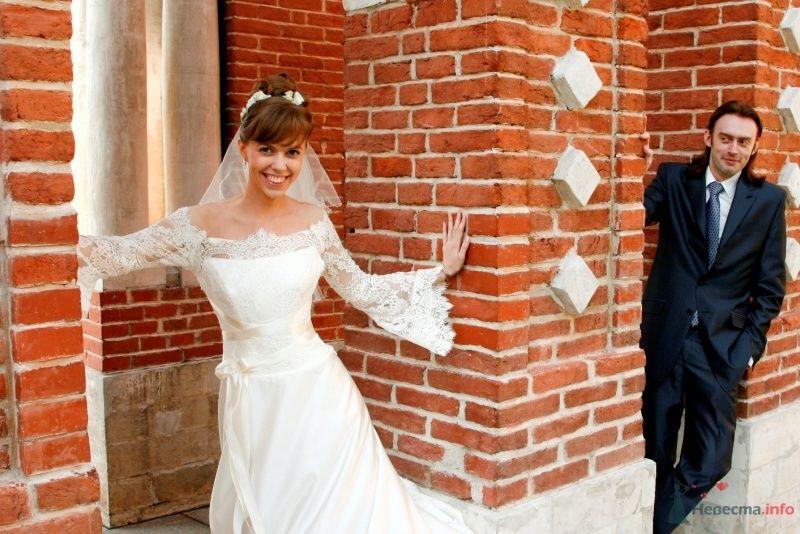 Невеста в белом длинном платье стоит у здания - фото 36105 Lelya