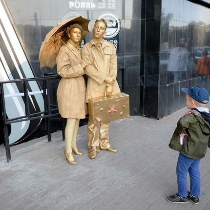 """Золотые статуи """"Туристы"""""""