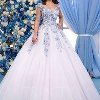 Свадебное платье LAIA  Пышное фатиновое свадебное платье LAIA отделано 3D кружевом голубого цвета. Спинка - оригинальный, небольшой вырез, корсетное плетение и пуговки.  Примерки проходят по предварительной записи! Записаться можно на сайте ,  или по тел.