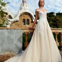 Нежное и воздушное свадебное платье Natisha выполнено из легчайшего фатина цвета капучино. Верх платья закрыт сеткой телесного цвета и расшит дорогим французским кружевом молочного цвета, элементы которого переходят и на юбку. На спинке красивый вырез и н