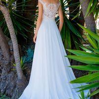 Элегантное свадебное платье прямого силуэта из нежного шифона и французского кружева. Платье выполнено комбинацией двух цветов - корсет цвета капучино, сверху телесная сетка расшитая молочным кружевом и молочная юбка, переходящая в небольшой шлейф. Красив