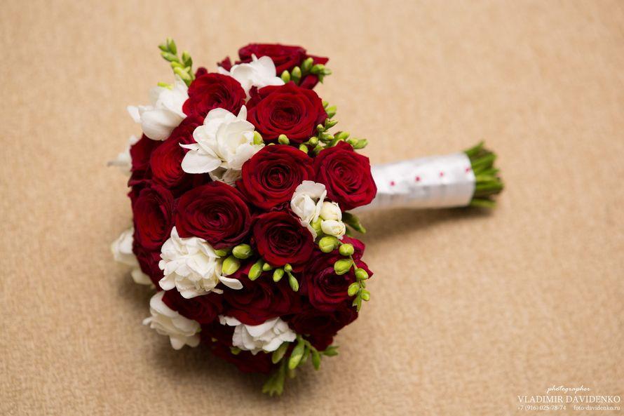 Цветы, букет свадебный яркий из красных роз и фрезий