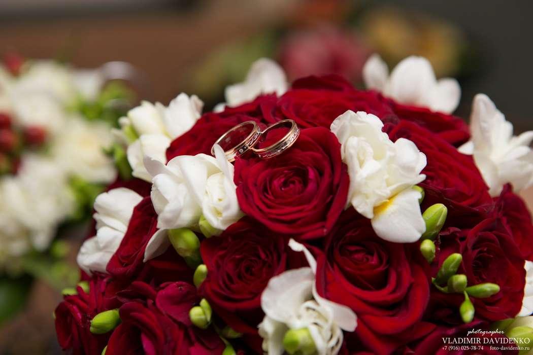 Цветы доставкой, свадебный букет из красных роз и белых фрезий фото