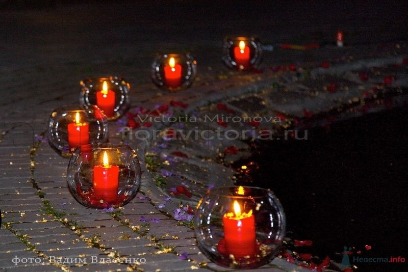 Оформление фонтана свечами и цветами