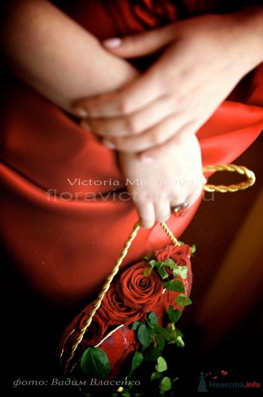 Украшение в виде сердца из цветов