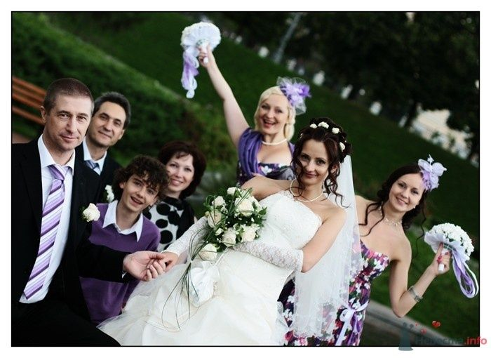 Невеста в белом длинном платье и гости стоят на фоне зелени - фото 34272 Фотограф Вилена Экон