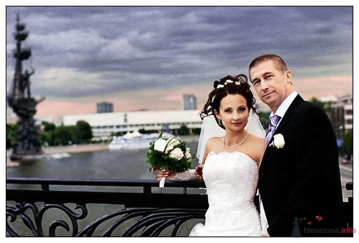 Жених и невеста стоят, прислонившись друг к другу, на фоне реки - фото 38880 Фотограф Вилена Экон