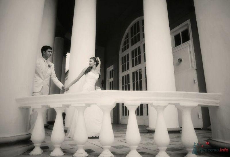 Жених и невеста, взявшись за руки, идут возле дома  - фото 52990 AngeLady