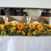 оформление стола молодоженов. основной цвет желтый.