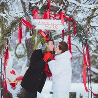 Merry Christmass и Marry Me - новогоднее настроение на декабрьской свадьбе отразилось в импровизированной арке, цвете и еловых ветвях.