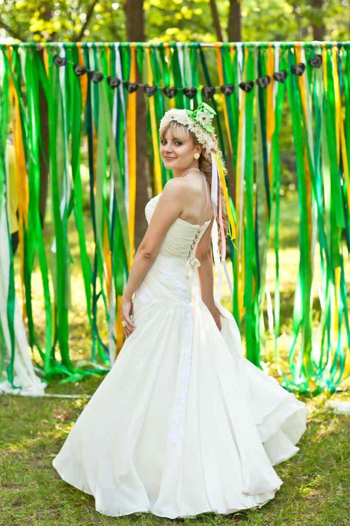 Летняя фотосессия невесты в белом венке и зеленой шляпке, на фоне свадебной арки с висящими зелеными и желтыми лентами - фото 543574 galina85