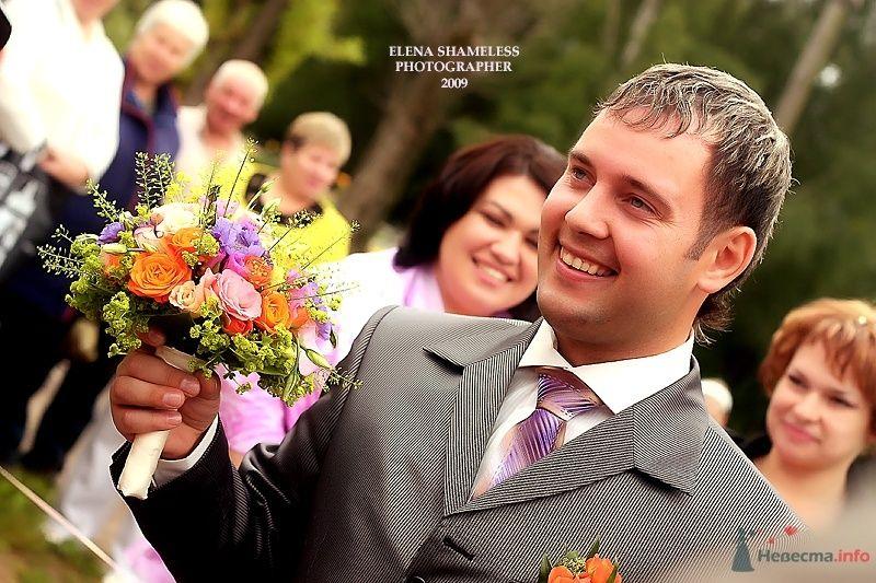 """Классический темно-серый костюм жениха """"двойка"""" с белой рубашкой, сиреневым галстуком и с оранжевой бутоньеркой в петлице пиджака - фото 38447 shameless"""