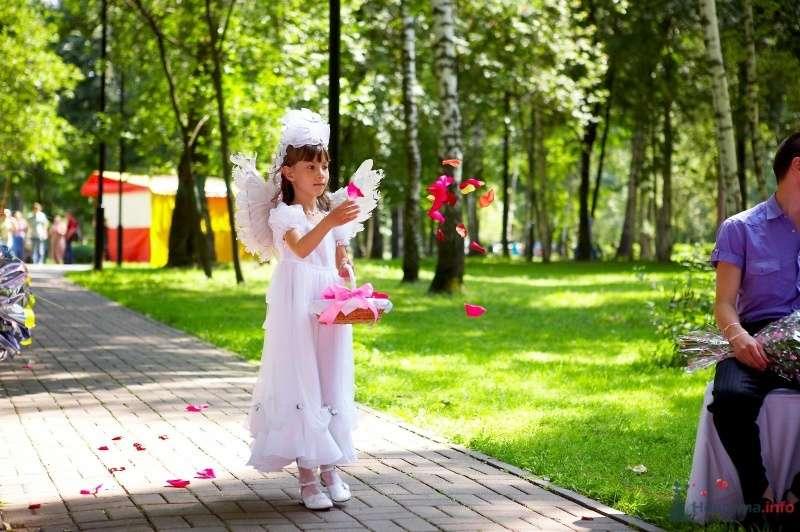 Девочка в костюме ангелочка и крыльями ангела за спиной с корзинкой в руках на выездной церемонии бросает лепестки роз - фото 41984 Мissis Kейт