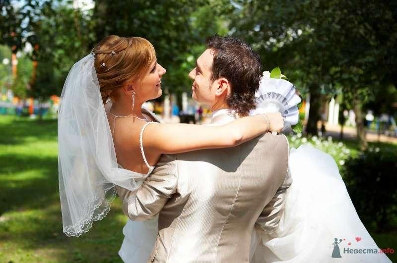 Жених в парке несет на руках невесту - фото 51262 Мissis Kейт