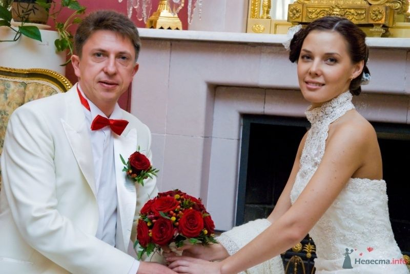 """Классический белый костюм жениха  """"двойка"""" с белой рубашкой, красной  бабочкой и красной бутоньеркой в петлице пиджака - фото 48759 katsonya"""