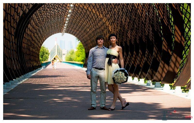 Жених и невеста стоят, прислонившись друг к другу, под круглой аркой - фото 39861 Gennadiy