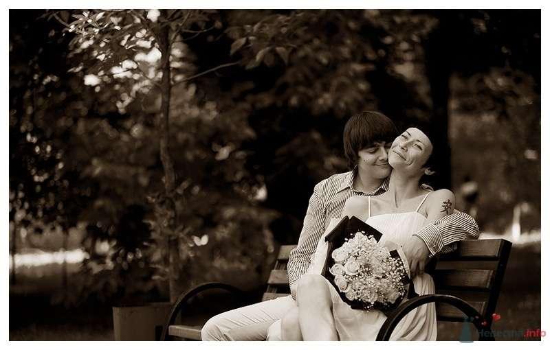 Жених и невеста сидят, прислонившись друг к другу, на лавке посреди парка - фото 39862 Gennadiy