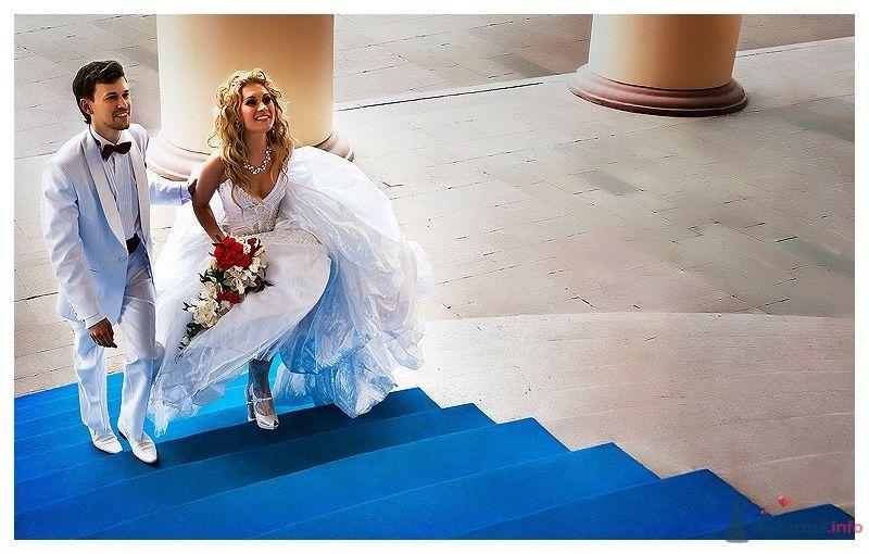 Невеста с букетом цветов поднимается по синей лестнице - фото 39866 Gennadiy