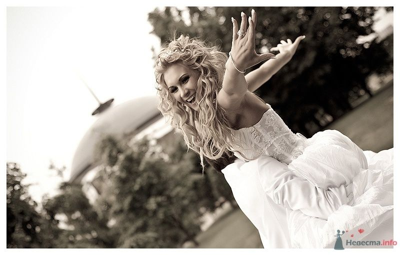 Невеста в белом платье танцует в парке - фото 39869 Gennadiy