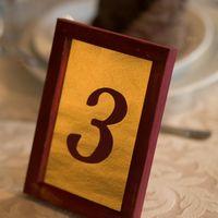 Свадебные аксессуары. Номера столов в бордово-золотом цвете