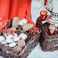 Оформление лавстори в русском стиле с самоварам, шишками, пряниками в ярком красном цвете