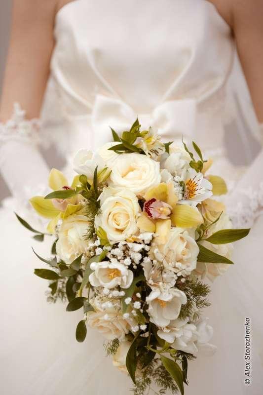 Букет невесты в каскадном стиле из белых альстромерий, белых эустом, роз и зелено-желтых орхидей  - фото 556387 Фотограф Alex Storozhenko
