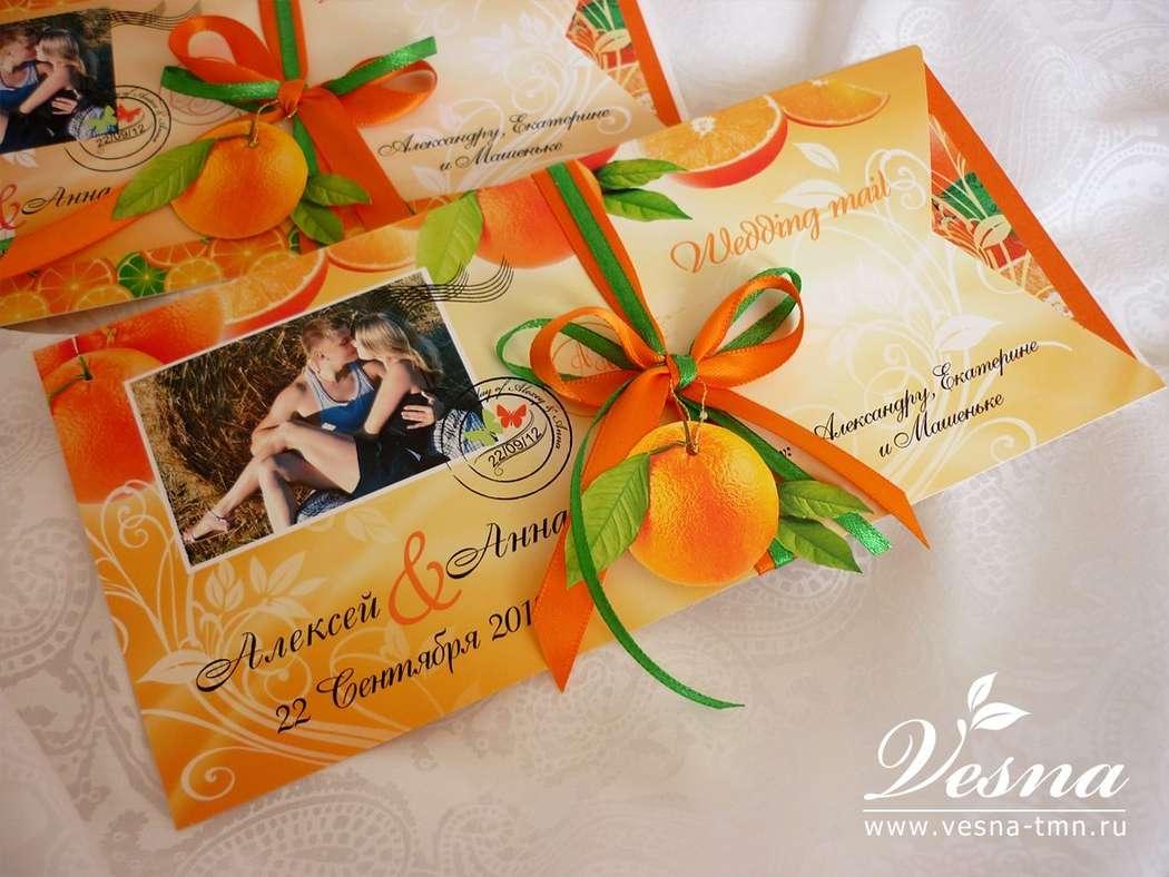 Приглашения «Апельсиновая свадьба» Конверт выполнен из тонкой бумаги. На конверте напечатаны рисунок в стиль свадьбы имена молодоженов и дата свадьбы.  Карточка-вкладка выполнена из двух видов бумаги. Вкладка оформлена в стиль свадьбы . - фото 10516072 Vesna-Art - аксессуары для свадьбы