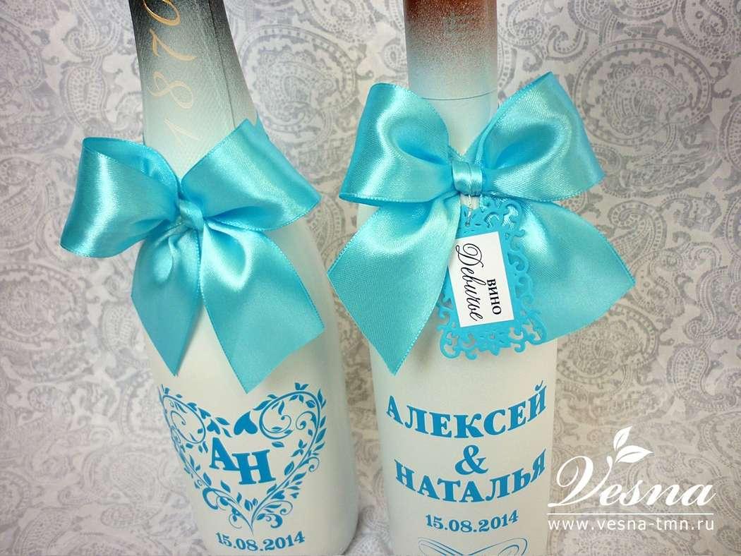 Декор бутылок «Тиффани» В декоре бутылок использовались краска белого цвета, атласная лента, виниловая наклейка - орнамент с именами молодоженов и датой свадьбы. - фото 10532544 Vesna-Art - аксессуары для свадьбы