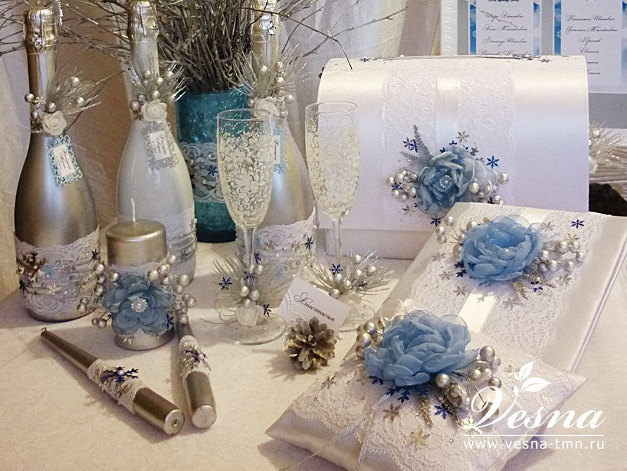 Сундучок для денег «Зимняя сказка» Свадебный сундучок  «Зимняя сказка» имеет  каркас из толстого картона, открывающуюся крышку, обтянут белым атласом.   Декор: белое  кружево,  атласная  лента, цветок из ткани ручной работы, украшение из кристаллов, - фото 10532562 Vesna-Art - аксессуары для свадьбы