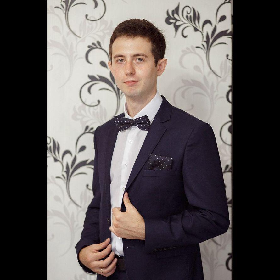 Классический темно-синий костюм двойка с белой рубашкой и синей галстук-бабочкой с нагрудным платком  - фото 2679343 Фотограф Дмитрий Панкратов