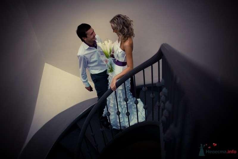 Жених и невеста стоят, прислонившись друг к другу, на лестнице - фото 42985 Yulana