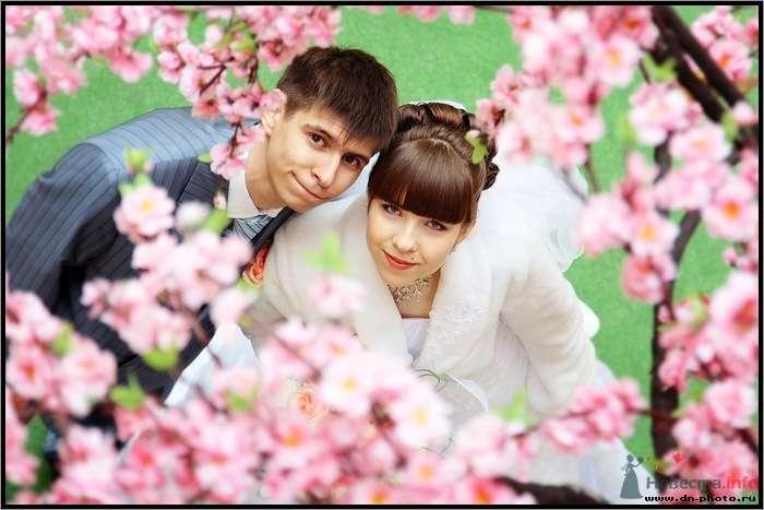 Жених и невеста стоят, прислонившись друг к другу, на фоне зелени и розовых цветов - фото 44113 Дмитрий Наумов - фотограф