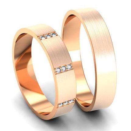 Пара матовых обручальных колец с бриллиантами. На заказ