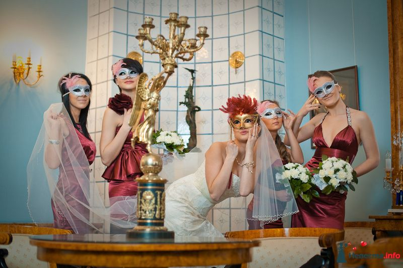 Невеста в открытом облегающем платье цвета айвори, длинной фате и подружки в облегающих открытых атласных платьях цвета  бордо с - фото 83128 Фотограф Александра Глотова