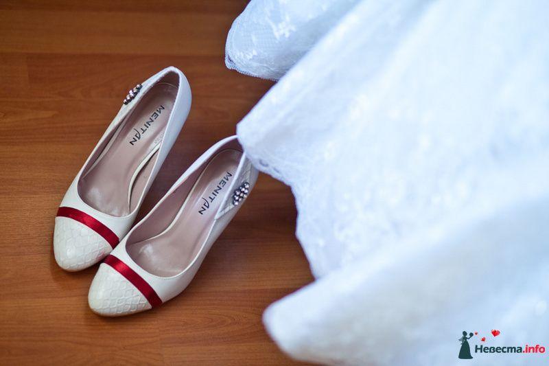 Белые туфли на высокой шпильке, спереди полоска красного цвета, сбоку над каблуком брошка. - фото 83197 Фотограф Александра Глотова