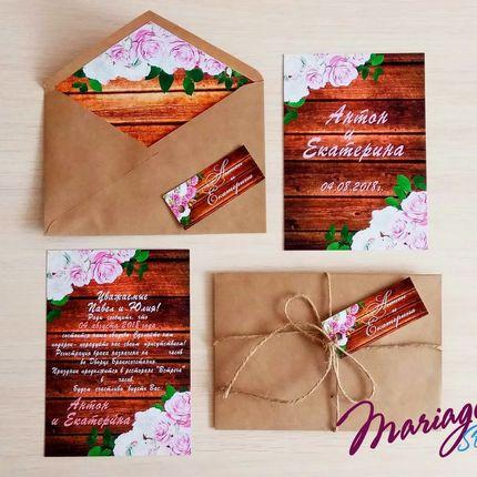 Пригласительные на свадьбу в крафт конверте с текстурой дерева