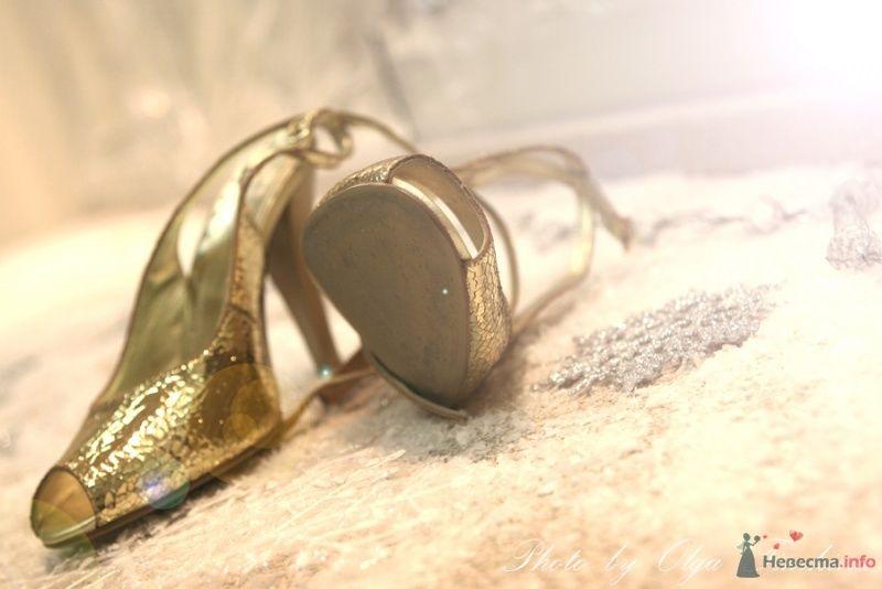 Золотые босоножки на высоком каблуке.