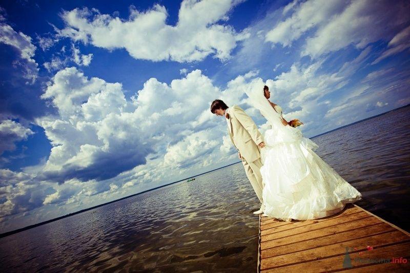 Жених и невеста стоят, отвернувшись друг от друга, на морском берегу - фото 58017 yanechka