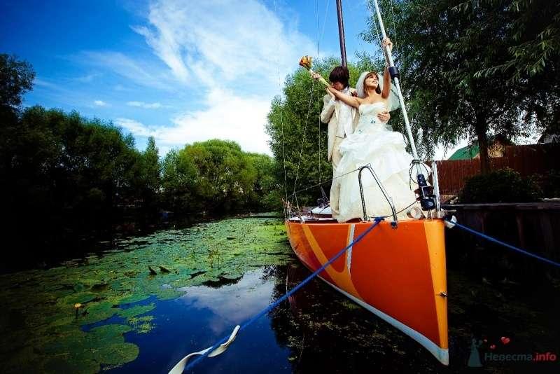 Жених и невеста плывут в лодке по реке - фото 58055 yanechka