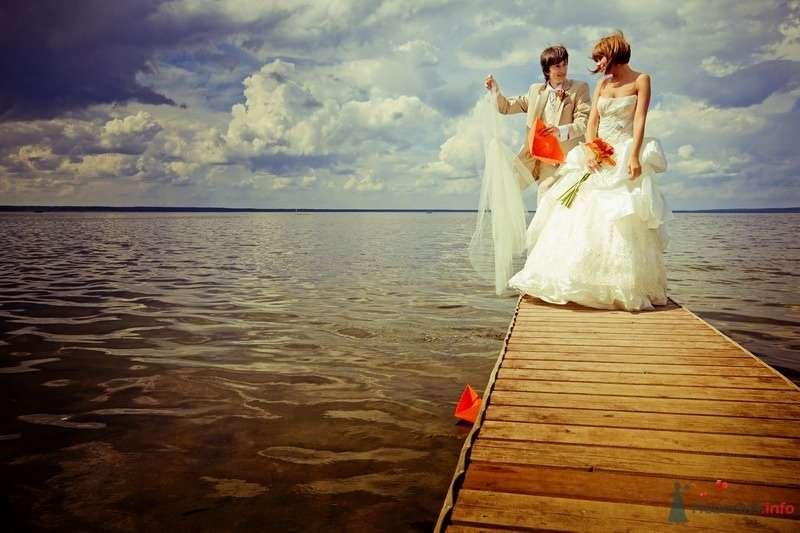 Жених и невеста стоят на пирсе на берегу моря - фото 61909 yanechka