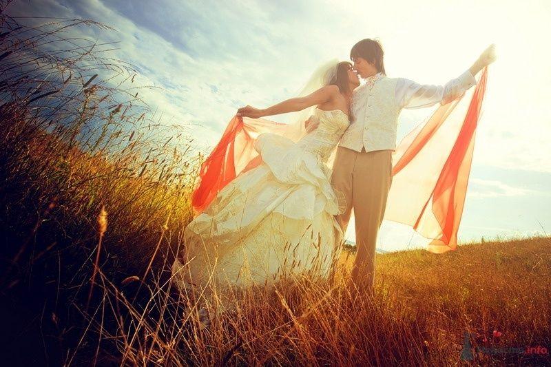 Жених и невеста, прислонившись друг к другу, стоят на фоне пол и красной вуали - фото 62144 yanechka