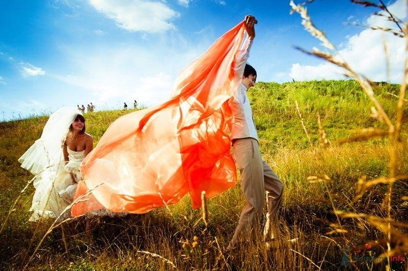 Жених с оранжевой накидкой и невеста стоят в зеленом поле - фото 62155 yanechka