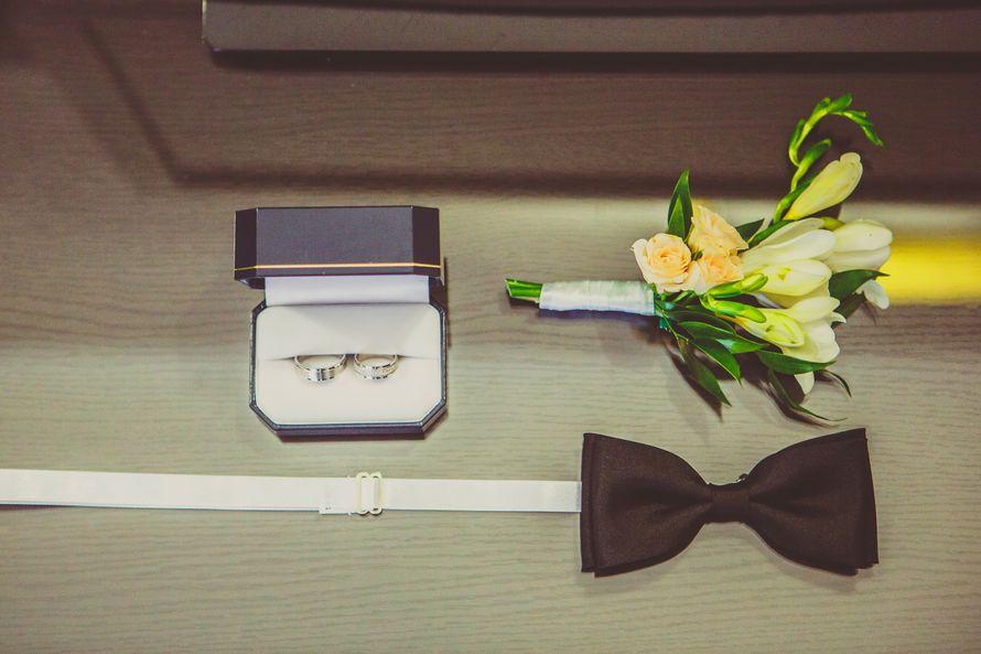 Свадебные кольца, коричневый галстук-бабочка и бутоньерка из желтых эустом и нежно-желтого цвета фрезий, дополненная зелеными - фото 2762701 Vitaly Nikolenko - фотограф